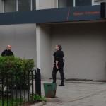 ochroniarze, którzy próbowali  utrudnić prace publicznej telewizji  i rozmowy dziennikarzy z mieszkańcami