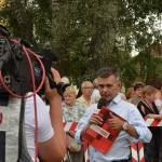 redaktor prowadzący Tomasz Rosiński relacjonuje temat