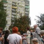 Mieszkańcy SM BATORY i Agnieszka Wojciechowska van Heukelom na skwerze