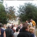 Mieszkańcy SM BATORY i Agnieszka Wojciechowska van Heukelom na skwerze. W tle już ogrodzone drzewa które czekają na ścięcie