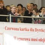 Protestujący pracownicy na balkonie  w  Sali Obrad Rady Miejskiej  - zdjęcie  z Dziennik Łodzki
