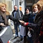 Prezydent Łodzi wręcza pióra mieszkańcom, którzy się przyczynili do schwytania gangu