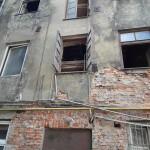 okna w kamienicy Wschodnia 56 gdzie wciąz mieszkają 23 rodziny